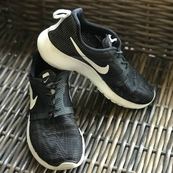 a88369555eae Nike Roshe One Flight Weight Grade School Youth. M 5bf1a8b7aa8770e7625c2d43